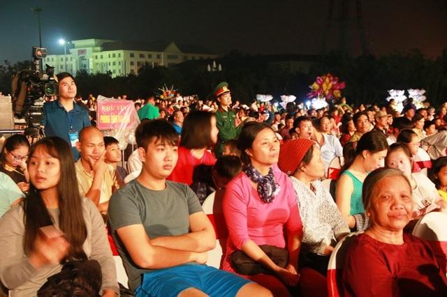Đông đảo người dân, du khách thập phương đến tham dự lễ hội.