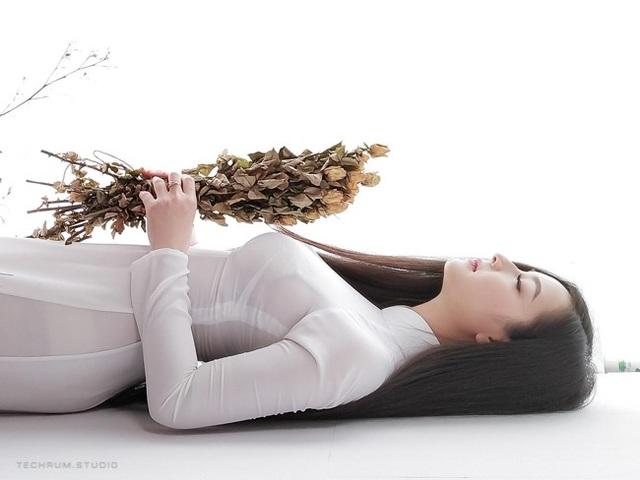 Bộ ảnh áo dài của cô gái 24 tuổi được chia sẻ trên nhiều diễn đàn mạng xã hội, kèm theo danh xưng thiên thần áo dài.