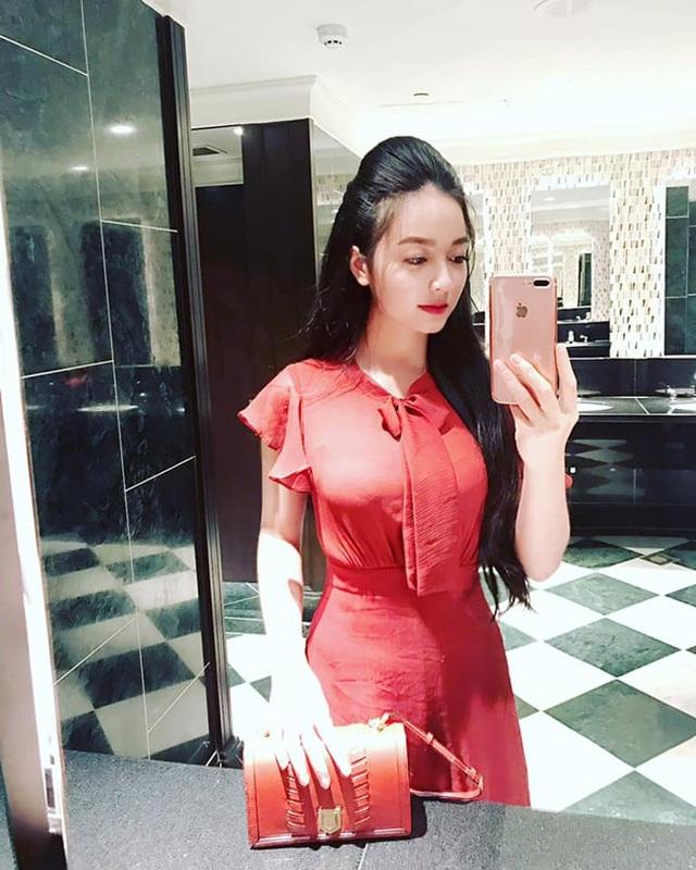 Đổi lại, cô thường chọn những concept giản dị như áo dài.