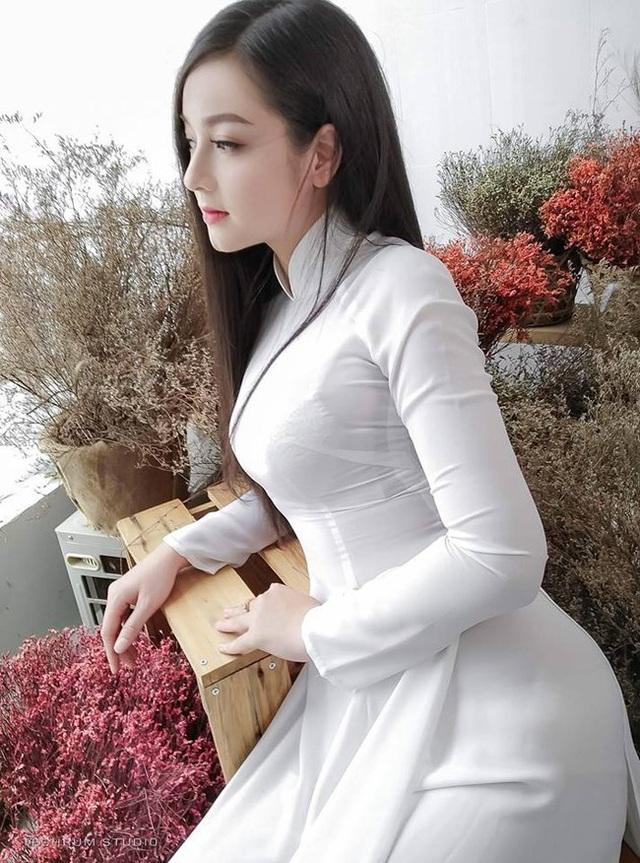 Chỉ diện áo dài kín đáo, cô nàng cũng khoe được đường cong mềm mại, nuột nà.