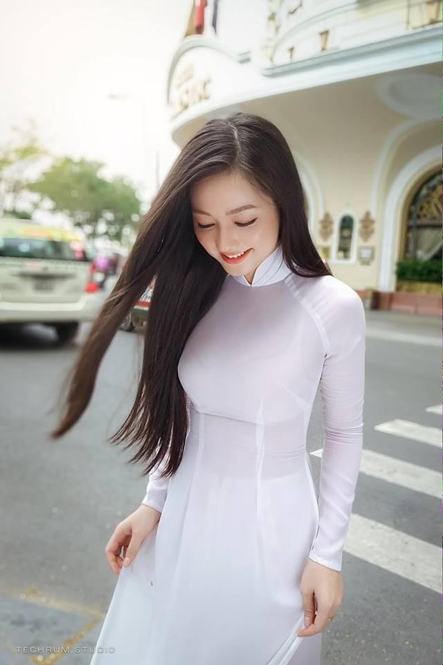 Nhiều người cho rằng, bộ ảnh của Quỳnh Trâm gợi nhớ đến hình ảnh hoa hậu Mai Phương Thúy trong tà áo dài trắng.