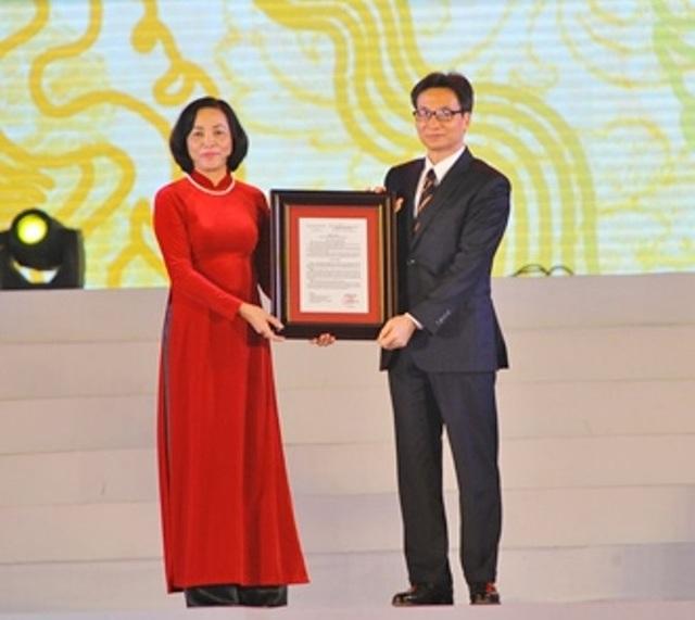 Phó Thủ tướng trao Quyết định công nhận Bảo vật quốc gia đôi Long sàng cho lãnh đạo tỉnh Ninh Bình.