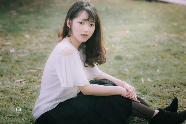 Thu Phương được nhiều người quan tâm sau khi bức ảnh mặc áo dài trắng ngồi thẩn thơ nhìn mọi người chụp ảnh được chia sẻ trên mạng.