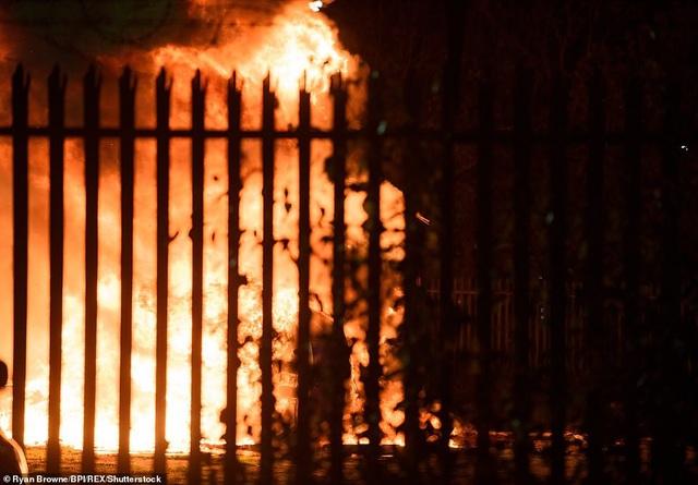 Trực thăng đã lao xuống đất và bốc cháy dữ dội.
