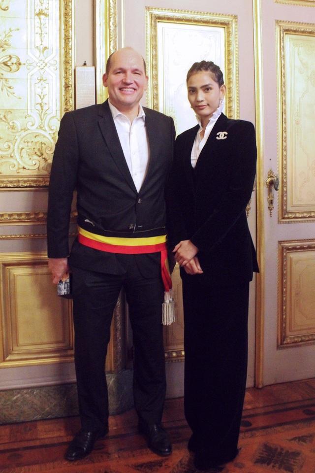 Trương Thị May tặng chuỗi trầm hương cho thị trưởng Brussels - 4