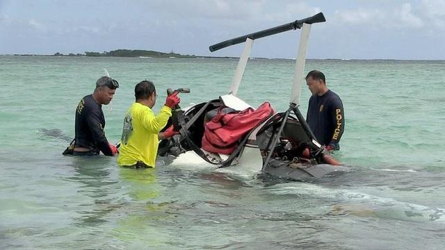 Trực thăng rơi xuống vùng nước nông sau khi phi công bất ngờ bị ngất