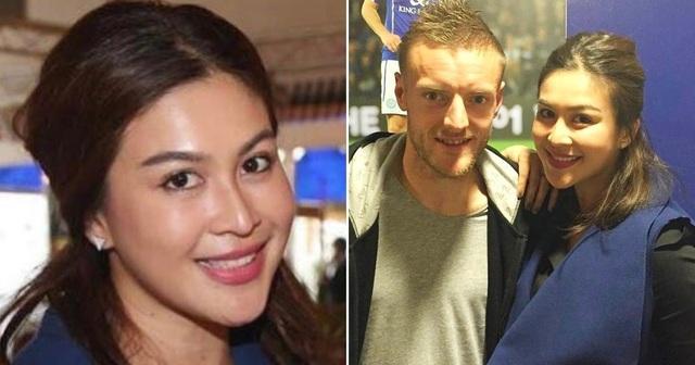Á hậu Thái Lan 2005, Nusara Suknamai chụp ảnh chung với những cầu thủ Leicester City trước trận đấu
