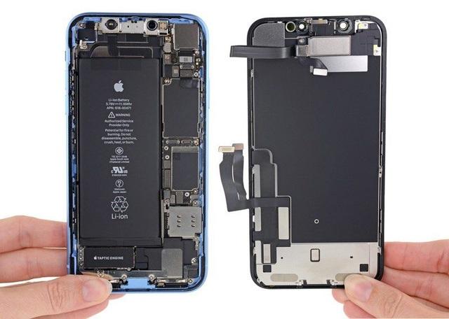 """""""Mổ xẻ"""" iPhone XR giá trẻ vừa """"lên kệ"""": Pin siêu tốt - 2"""