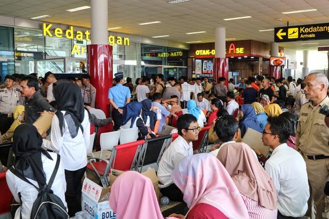 Thân nhân của các nạn nhân trên chuyến bay nóng lòng chờ tin ở sân bay. (Ảnh: Reuters)