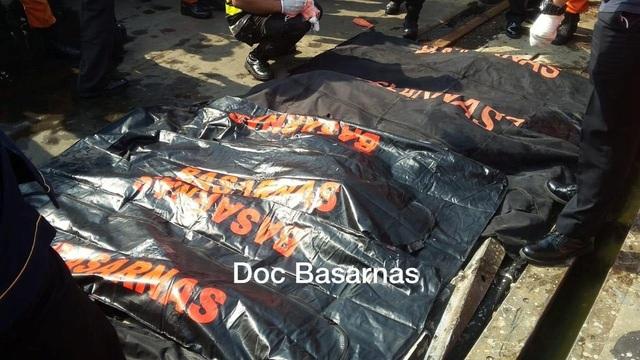 Nhiều thi thể nạn nhân đã được trục vớt. (Ảnh: Reuters)