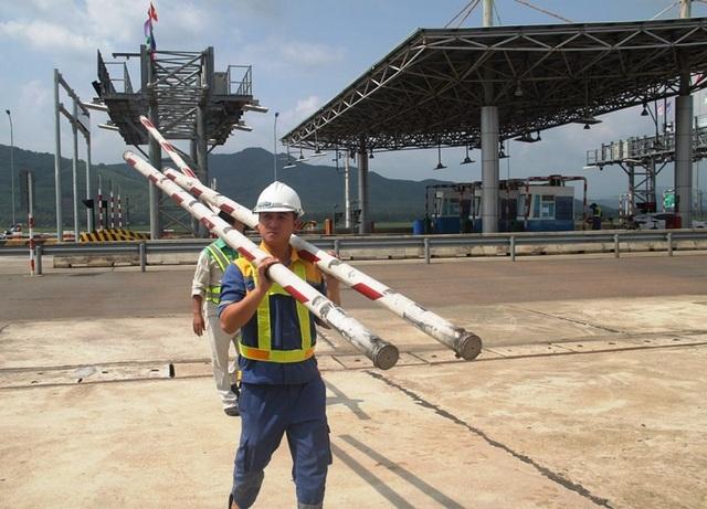 Nhân viên BOT Bắc Bình Định tạm tháo gác chắn thu phí.