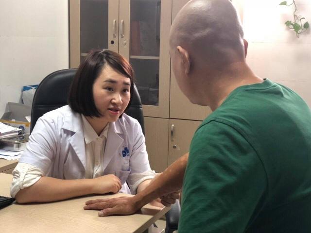 Bệnh nhân vảy nến được bác sĩ tư vấn điều trị.