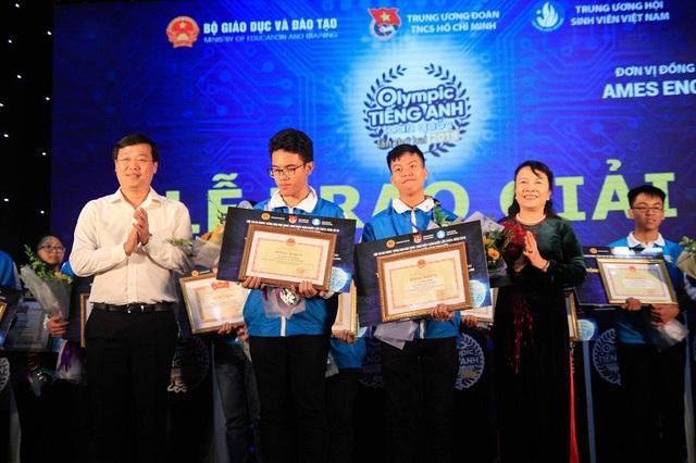 Anh Lê Quốc Phong - Bí thư thứ nhất TƯ Đoàn TNCS Hồ Chí Minh và bà Nguyễn Thị Nghĩa - Thứ trưởng Bộ Giáo dục trao giải cho 2 thí sinh đạt giải Nhất Hội thi Olympic Tiếng Anh học sinh, sinh viên toàn quốc.