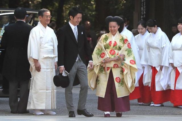 AP đưa tin, Công chúa Ayako, 28 tuổi, con út của Hoàng tử quá cố Takamado - em họ Nhật hoàng Akihito, và hôn phu 32 tuổi Kei Moriya - nhân viên của hãng vận tải NYK Line tại Tokyo đã tổ chức lễ thành hôn ngày hôm nay 29/10. Cặp đôi đã thực hiện đám cưới truyền thống tại ngôi đền Meiji nổi tiếng tại Tokyo.