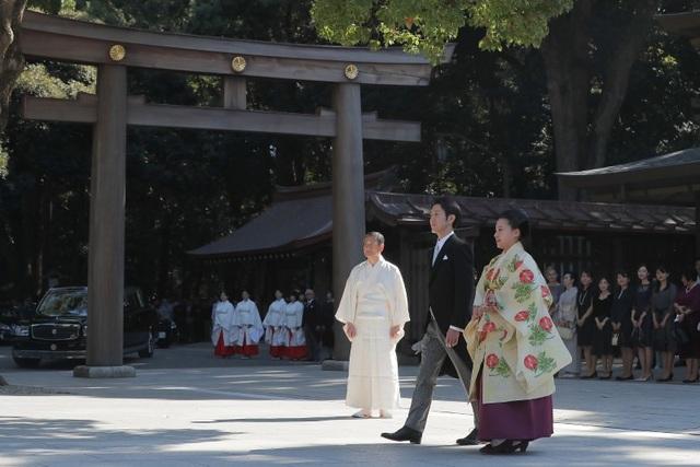 """""""Tôi không có cảm giác là chúng tôi mới chỉ gặp nhau lần đầu"""", Công chúa Ayako hồi tưởng lại giây phút cô gặp vị hôn phu trong buổi gặp mặt báo chí hồi tháng 9. Chú rể Moriya nói rằng anh bị thu hút bởi sự nhẹ nhàng, tinh tế của vợ. """"(Từ giây phút đó), tôi biết là mình muốn dành cả cuộc đời mình với cô ấy""""."""