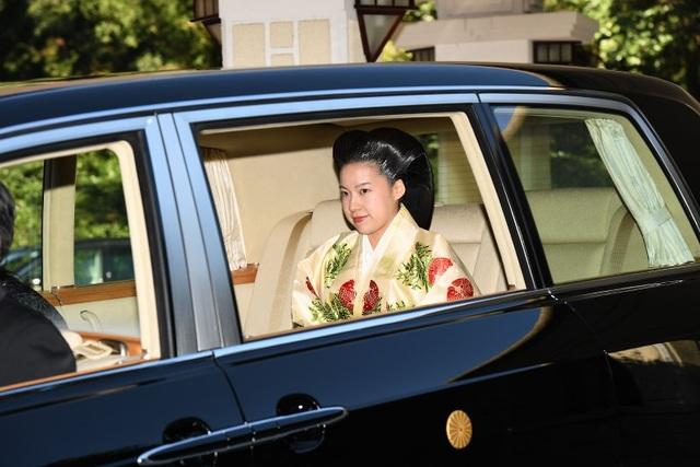 Sau khi kết hôn với và từ bỏ địa vị hoàng gia, Công chúa Ayako sẽ nhận được 106,75 triệu yên Nhật (gần 1 triệu USD) từ chính phủ để đảm bảo cô vẫn duy trì tiêu chuẩn sống cao cấp dù đã trở thành dân thường.