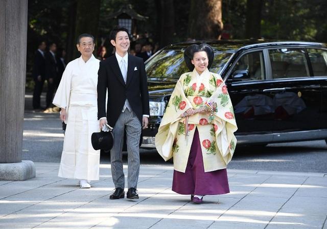 Cặp đôi cô dâu và chú rể đã tiến vào ngôi đền. Họ đã thực hiện các nghi thức truyền thống theo Thần đạo của Nhật Bản bao gồm nghi thức trao nhẫn cưới và cùng nhau uống một ly rượu sake, loại rượu truyền thống của Nhật Bản.