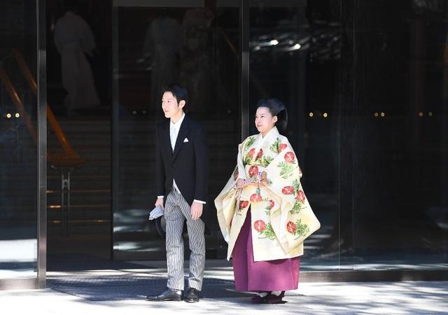 Công chúa Ayako để tóc chải phồng và rẽ ngôi giữa, buộc phần đuôi theo phong cách thời Heian. Cô mặc một bộ trang phục truyền thống với hoạt tiết đèn lồng màu xanh và đỏ trong khi chú rể Moriya mặc một chiếc áo vest đuôi tôm.