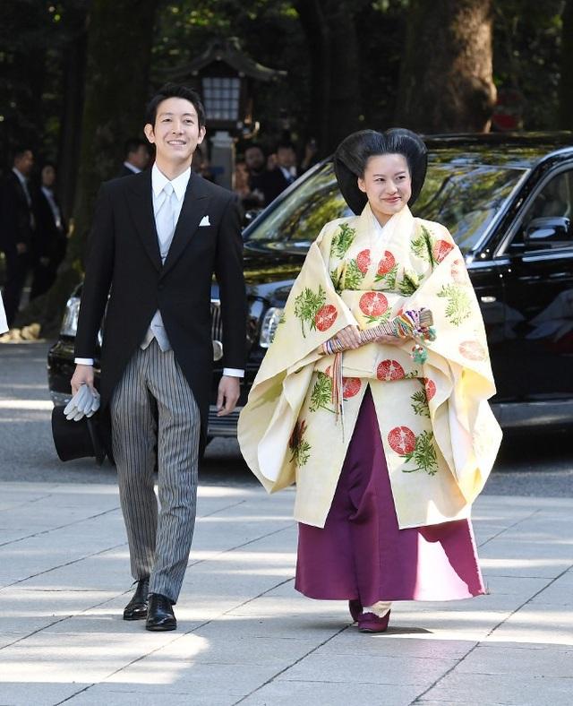 Công chúa Ayako tốt nghiệp Đại học Quốc tế Josai ở tỉnh Chiba và nhận bằng thạc sĩ vào năm 2016. Hiện Công chúa Ayako đang làm việc với vai trò nghiên cứu tại Khoa Nghiên cứu Công tác Xã hội tại Đại học Quốc tế Josai.