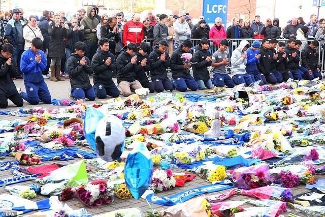 Dòng người đặt hoa tưởng niệm các nạn nhân vụ rơi trực thăng (Ảnh: EPA)