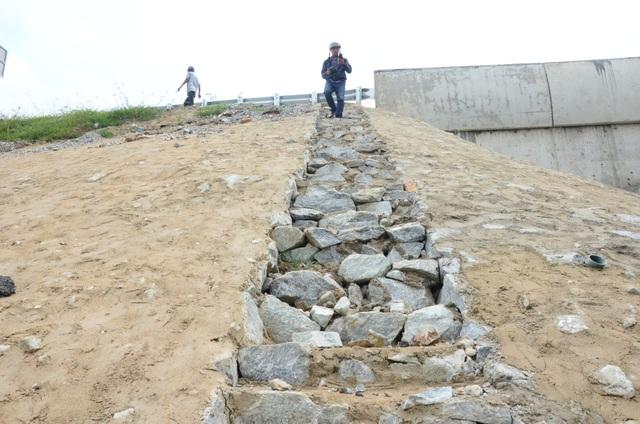 Như Dân trí phản ánh, bê tông mái taluy cao tốc Đà Nẵng - Quảng Ngãi nứt vỡ nhiều nơi. Nhiều điểm, người dân có thể dùng tay không bóc từng mảng bê tông lớn.