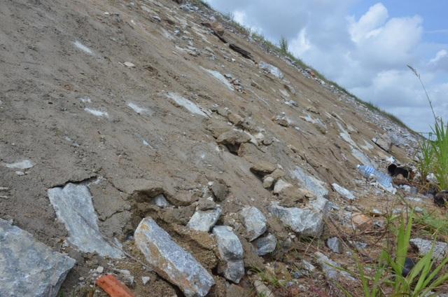 Tuy nhiên, bê tông mái taluy thuộc gói thầu A3 vẫn tiếp tục vỡ nát lộ đá tảng bên trong. Bà Lê Thị Ánh Trà (thôn Phú Lễ 1, xã Bình Trung, huyện Bình Sơn), bức xúc, bê tông làm bờ taluy gì toàn cát, mới làm đã nứt chi chít. Nơi nào nứt là đơn vị thi công trộn bê tông trám vào. Làm đối phó vậy sao không hư. Chỗ này bê tông nứt hết, không lâu nữa là sạt lở thôi. Muốn biết họ làm kém chất lượng như thế nào cứ xuống đây hỏi chúng tôi nói cho nghe, bà Trà nhấn mạnh.