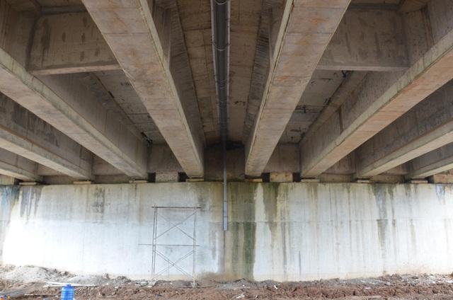 Suốt tuần qua, nhà thầu Giang Tô tổ chức khắc phục sự cố thấm dột tại cầu VD09B và hầm chui dân sinh (Km 106+730). Đối với cầu VD09B, nhà thầu cho lắp đặt ống thu nước tại vị trí thấm dột giữa gầm cầu, đồng thời gia cố một số vị trí khác. Tuy nhiên, đến chiều 28/10, cầu VD09B vẫn còn thấm nước tại một số điểm.
