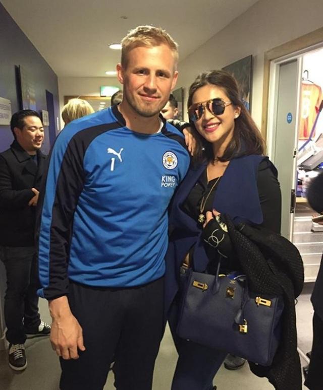 Cô Nursara rất thích thú với việc gặp gỡ, giao lưu cùng các cầu thủ bóng đá. Trong ảnh, cô đang chụp hình lưu niệm cùng thủ môn của CLB Leicester City - Kasper Schmeichel.