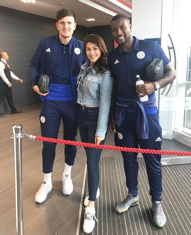 Nursara chụp hình với cầu thủ của CLB Leicester City - Harry Maguire (trái) và Wes Morgan (phải).