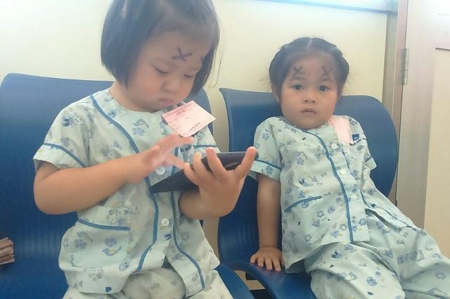 Hai chị gái của cô bé cũng phải xuống viện kiểm tra, xét nghiệm thường xuyên