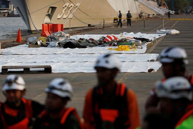 Các mảnh vỡ của máy bay gặp nạn được tìm thấy và đưa lên cảng Tanjung Priok ở Jakarta, Indonesia.