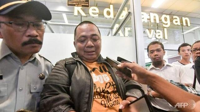 Sony Setiawan chia sẻ với các phóng viên sau khi tới sân bay Pangkal Pinang (Ảnh: AFP)