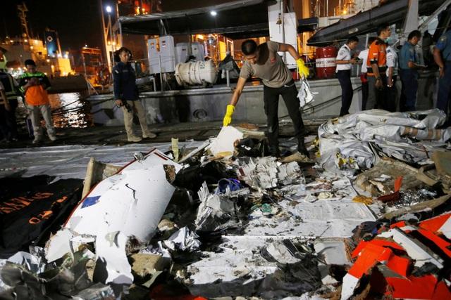 Các mảnh vỡ máy bay được trục vớt tại Indonesia.