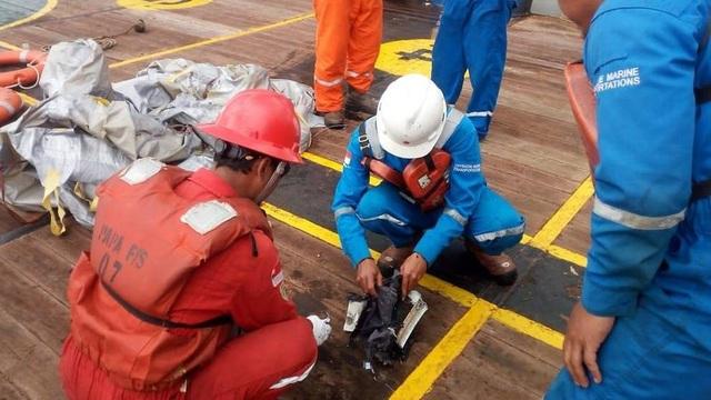 Một số mảnh vỡ của máy bay gặp nạn tại Indonesia được tìm thấy trên biển. (Ảnh: CNA)