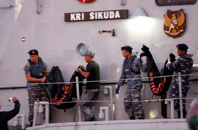 Hai túi đựng thi thể được các binh sĩ Indonesia chuyển lên cảng Tanjung Priok.
