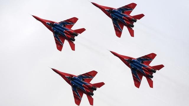 Các máy bay chiến đấu Nga nhào lộn theo đội hình. (Ảnh: RT)