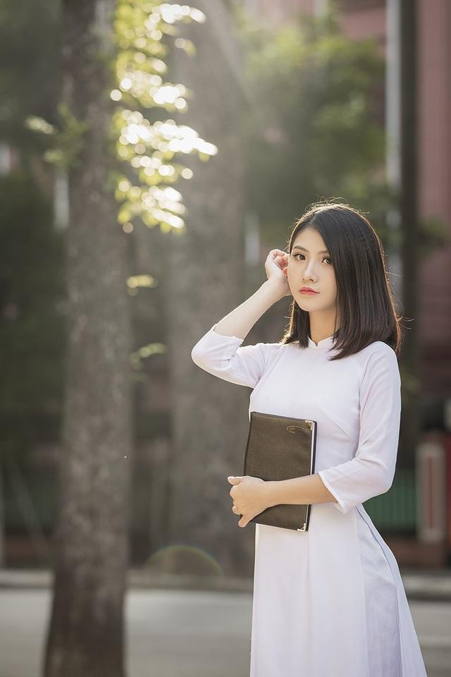 Phạm Thùy Linh hiện đang là sinh viên năm hai ngành Thiết kế thời trang, trường Đại học Kinh tế Kỹ thuật công nghiệp Hà Nội. Trong trang phục áo dài, nữ sinh Ninh Bình khiến người xem xao xuyến thương nhớ bởi nét duyên dáng, thướt tha yêu kiều.