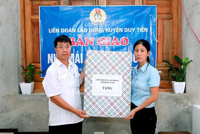 Ông Trịnh Văn Bừng (trái) trong một lần trao quà cho công nhân hoàn cảnh khó khăn. Ảnh: LĐLĐ Hà Nam