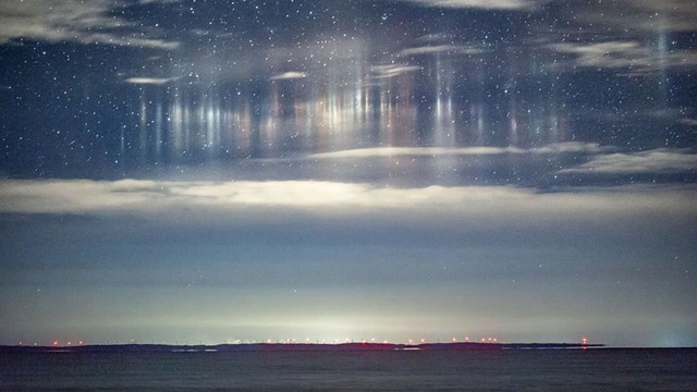 Những trụ sáng kì lạ xuất hiện trên bầu trời Michigan.