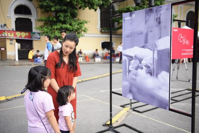 Triển lãm ảnh độc và lạ thu hút hàng ngàn người tại Hồ Gươm - 8