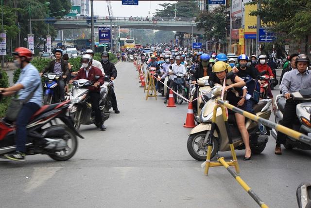 Việc phân luồng lại trên đường Kim Mã khiến việc đi lại của người dân trong buổi sáng đầu tuần gặp nhiều khó khăn.