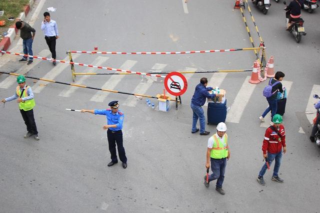 Huy động lực lượng chức năng chỉ dẫn người đi đường, giảm tải áp lực giao thông.