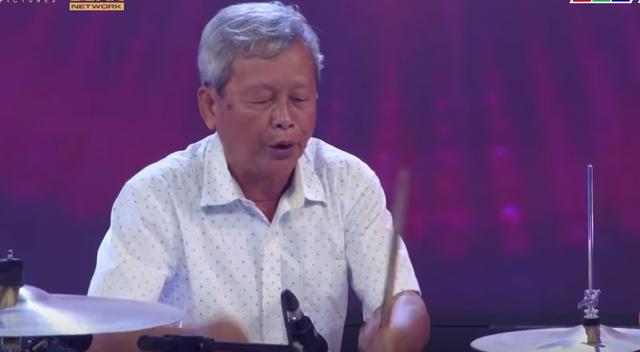 Ông Nguyễn Văn Ba đánh trống Jazz...