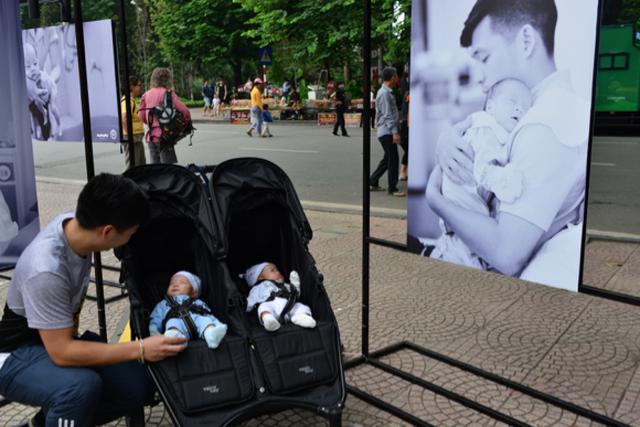 Triển lãm ảnh độc và lạ thu hút hàng ngàn người tại Hồ Gươm - 2