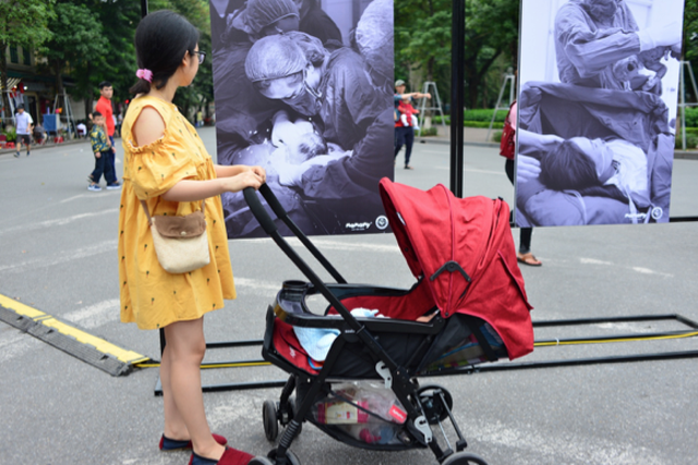 Triển lãm ảnh độc và lạ thu hút hàng ngàn người tại Hồ Gươm - 3