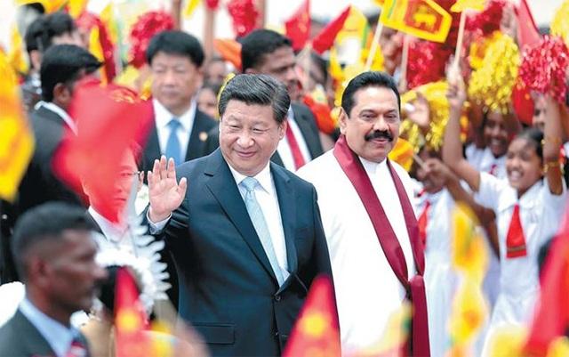 Cựu Tổng thống Sri Lanka Mahinda Rajapaksa đón Chủ tịch Trung Quốc Tập Cận Bình tại Colombo, Sri Lanka năm 2014. (Ảnh: China Daily)