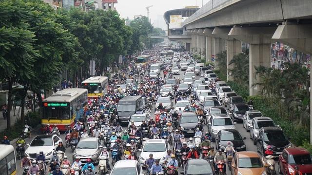 Các phương tiện di chuyển khó khăn trên đường Nguyễn Trãi.