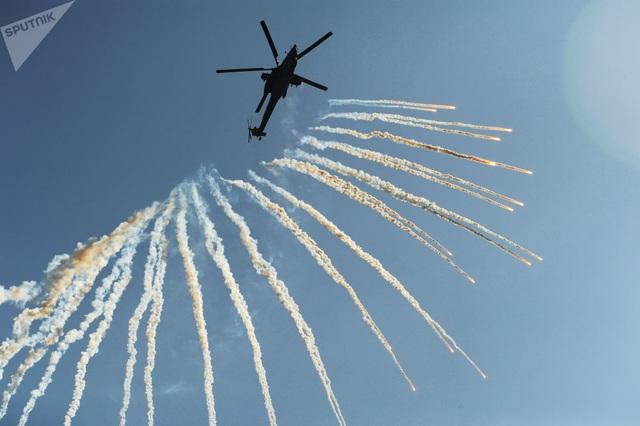 """Trực thăng """"thợ săn đêm"""" Mi-28N thực hiện màn biểu diễn ấn tượng trong một sự kiện của lực lượng vũ trang Nga ở thành Rostov-on-Don, tỉnh Rostov."""