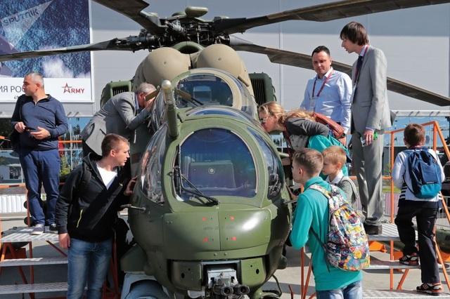 Khách tham quan chiêm ngưỡng máy bay trực thăng vận tải chiến đấu Mi-35M, trưng bày tại Diễn đàn Công nghệ và quân sự quốc tế Army-2018 ở Kubinka.