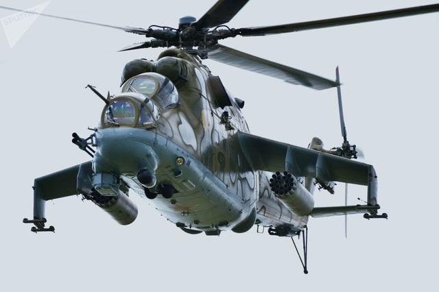 Trực thăng Mi-24 bay trên bãi tập Chebarkul trong cuộc tập trận quân sự chung chống khủng bố giữa các lực lượng vũ trang của Tổ chức Hợp tác Thượng Hải (SCO). SCO là một tổ chức an ninh chung liên chính phủ được thành lập năm 2001 bởi lãnh đạo các quốc gia Trung Quốc, Nga, Kazakhstan, Kyrgyzstan, Tajikistan và Uzbekistan.